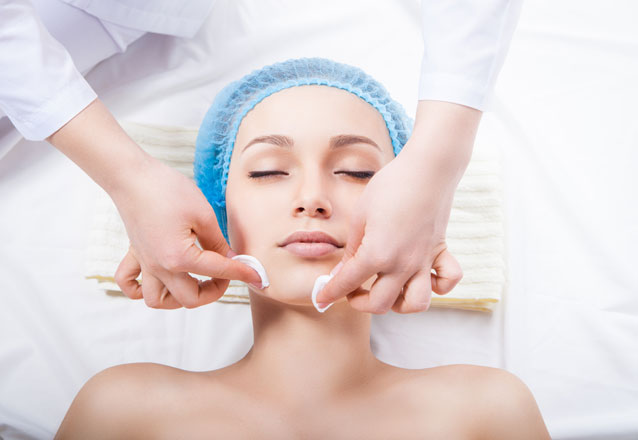 Cuide da saúde e beleza do seu rosto! Limpeza de Pele completa com Hidratação de Ouro na Marvorê Estética de R$120 por R$49,90