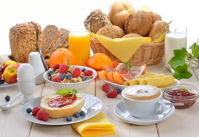 Comece o Dia das Mães com uma belíssima surpresa! Cesta completa de café da manhã + cartão para o Dia das Mães por R$67,90 na Verônica Chocolates Finos