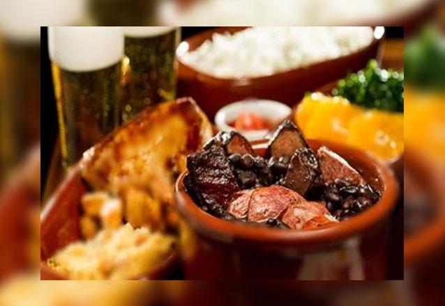 Sabor bem brasileiro do BlackOut 404! Feijoada individual (com arroz, couve, farofa e laranja) por apenas R$23,90