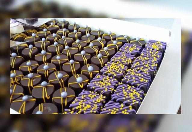 120 chocolates + 10 pirultios + 10 popcakes + 10 mini cupcakes (150 itens) de R$210 por R$149,90