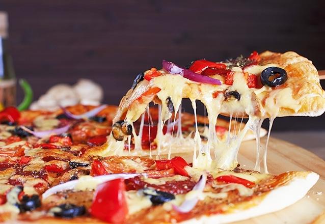 Pizza deixa qualquer momento mais gostoso! Rodízio de Pizzas + Buffet de Saladas + Sobremesas + Água e Refri a vontade no Pizzas & Cia por R$21,90