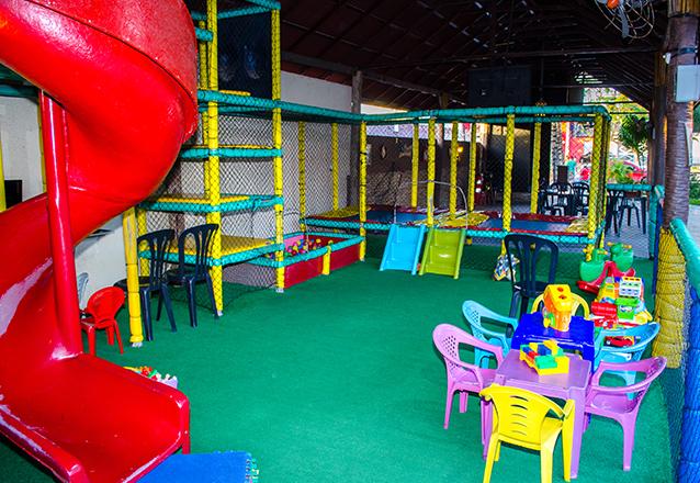Prato Principal para até 3 pessoas (Camarão do Chico ou Peixe à Delícia ou Filet à Parmegiana) + 2 Picolés Selecto Ice + 2 acessos ao Playground Infantil por apenas R$49,90.