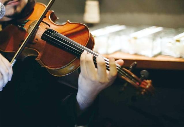 1 Violinista, 1 Pianista durante 1 hora de Cerimônia ou Recepção (sem som) de R$500 por R$399