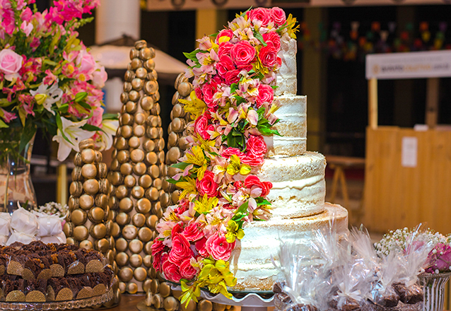 Bolo Naked Cake de 4 andares com flores pontuadas para 100 pessoas de R$780 por R$580