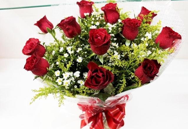 O presente ideal para qualquer ocasião! Ramalhete com 12 rosas + Tango + Sorriso de maria + Embalagem por R$44,90 na Tita Flores