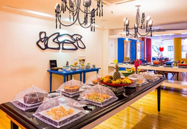 Seu café da manhã com vista para a praia do Mucuripe! Café da manhã completo para 1 pessoa por R$17 no Restaurante Henriqueta, na Beira Mar