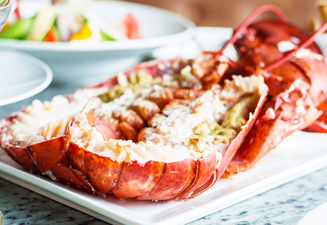 """Experimente o prato """"Barco do Amor""""  do Anzio  e apaixone-se! Entrada + Lagostas, Camarão + Vôngoles e Mexilhões e Risoto de Frutos do Mar para 2 pessoas por R$95"""