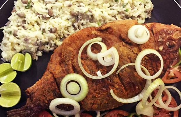 Tilápia Frita 1kg (Baião de Dois, Batata Frita e Farofa) para até 3 pessoas por R$49,90