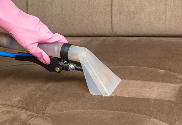 Limpeza de sofá até 03 lugares OU Conjunto de poltronas OU Cama box solteiro OU Colchão solteiro OU Tapete até 02 metros de R$90 por R$39