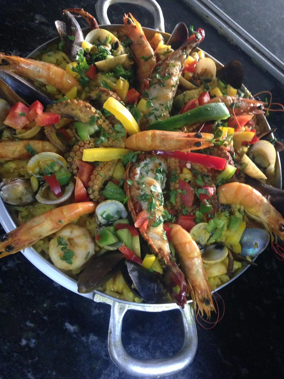 Cozinha espanhola maravilhosa! Paella a William Moura para 2 pessoas de R$149,90 por apenas R$98