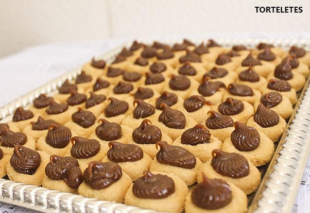 Kit perfeito: Torta Doce para 40 pessoas + 200 Salgados + 1 Torta de Frango (1,5kg) + 100 Torteletes por apenas R$80 da Delícia Doces e Salgados