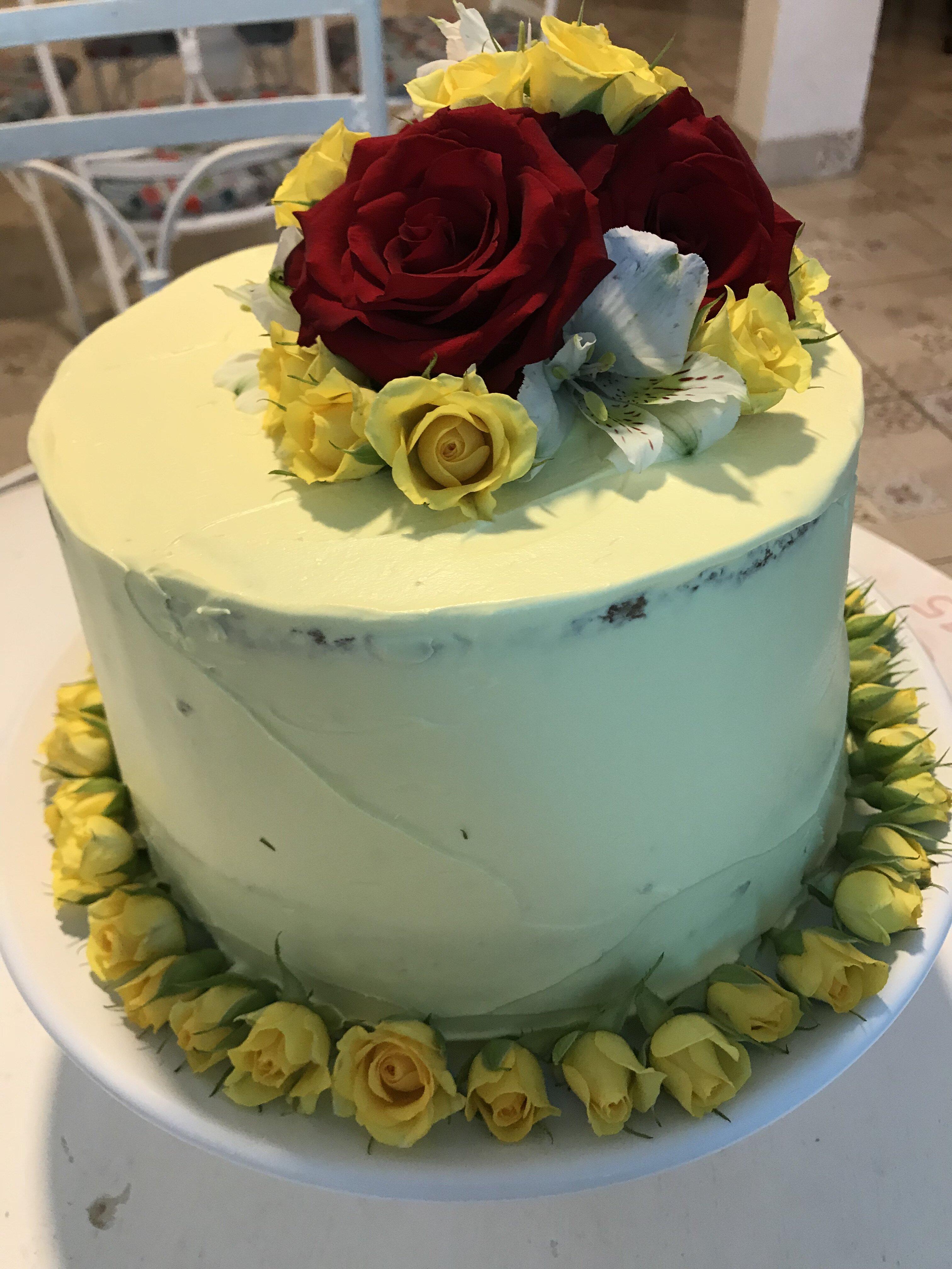 Perfeição é com a Josephine Patisserie! Bolo Naked ou Espatulado com flores para até 25 pessoas de R$180 por apenas R$129