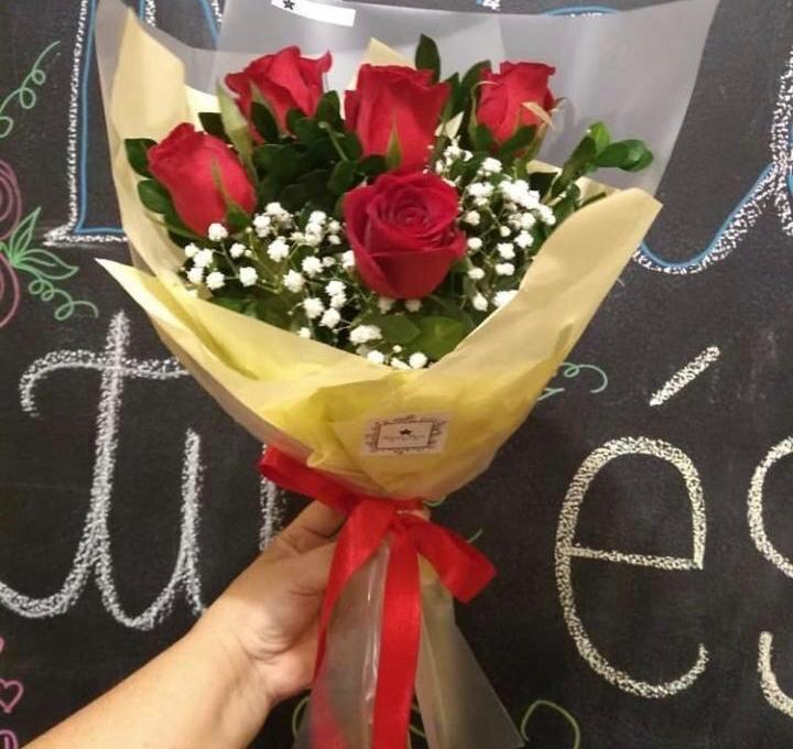 Buquê com 6 Rosas vermelhas + Folhagem + Embalagem de R$75 por apenas R$49,90