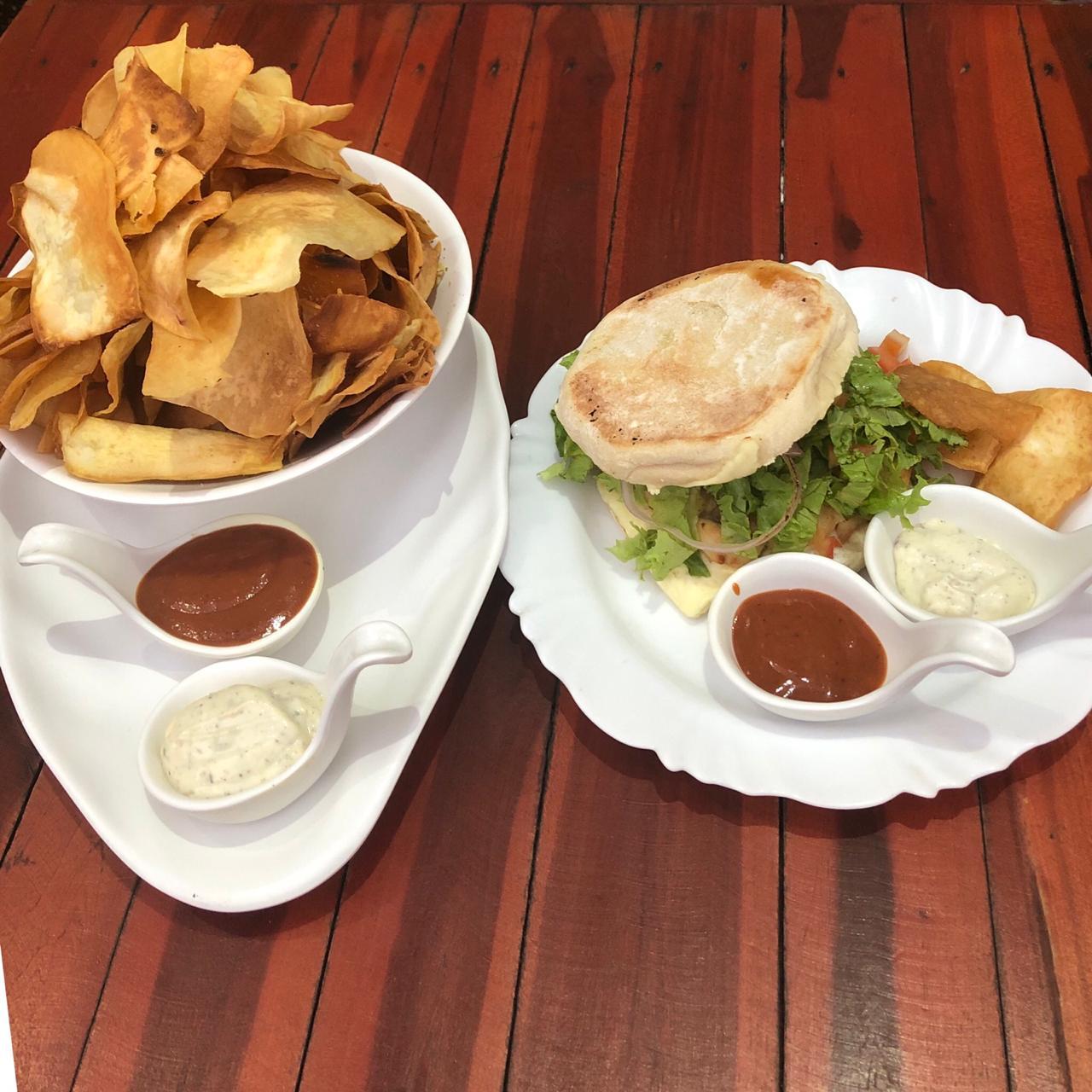 Sanduíche Cumbuco (Filé de frango, queijo, requeijão, alface, tomate, cebola e pimentão no pão árabe) + Chips de batata doce de R$33 por apenas R$23,90