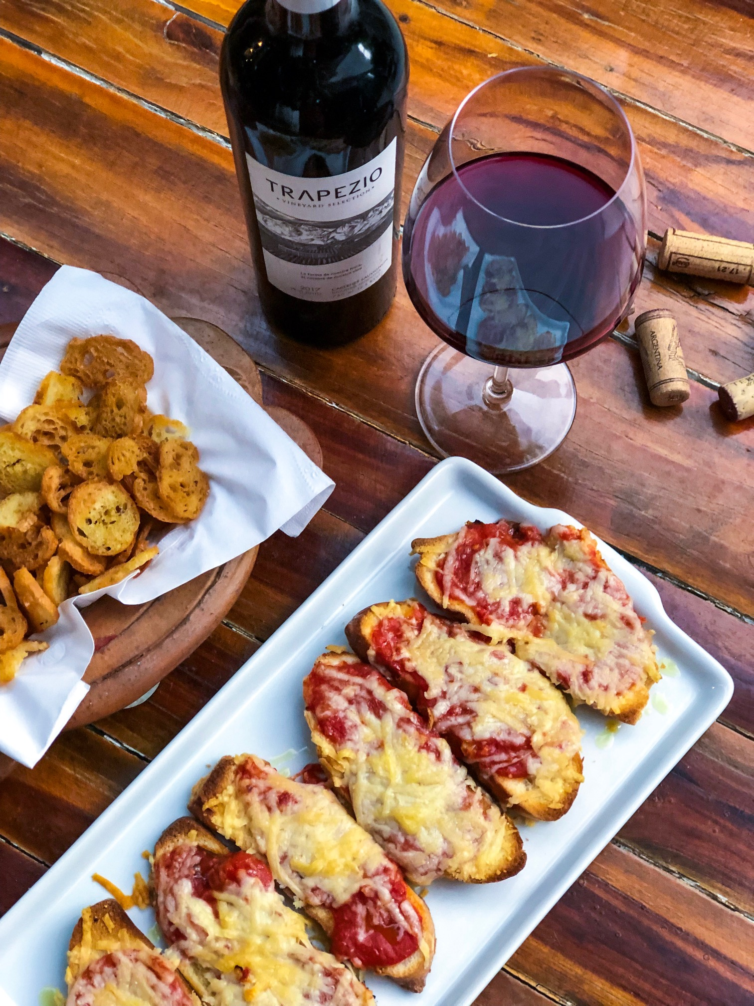 Entrada - Cesta de torradas + Prato Principal - Bruschettas Pomodoro + Sobremesa - Brownie com sorvete e Vinho - Trapezio Cab. Sauv para 2 pessoas de R$146,90 por R$113