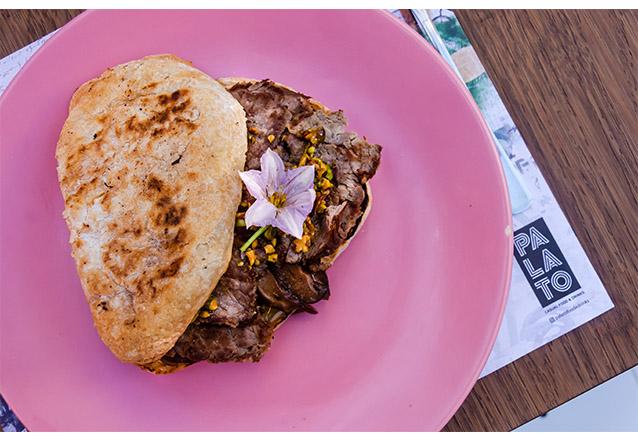 Para se deliciar com elegância! Sundae de pipoca com farofa doce + Sanduíche de Carpaccio de  Rosbife de R$42 por apenas R$ 29,90 no Palato Casual Food & Drink