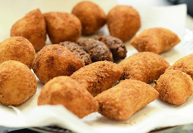 Muito salgadinho bom! 100 Salgadinhos variados (coxinha, bolinha, pastel, risole e canudinho) por apenas R$14,99 na Delícia Doces e Salgados