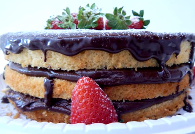 Torta de Ninho com Morangos (com brigadeiro de leite ninho decorada com calda de chocolate branco, raspas de chocolate branco e morangos) que serve até 25 pessoas de R$120 por R$65,90