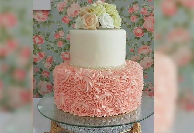 Toda festa tem que ter o bolo da Boutique do Chocolate! Bolo de de 2 andares para 30 pessoas + 10 mini cupcakes por R$170