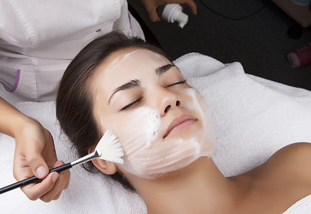 Limpeza de pele profunda + Peeling Enzimático + Alta frequência + Máscara de Porcelana de R$180 por R$59,90