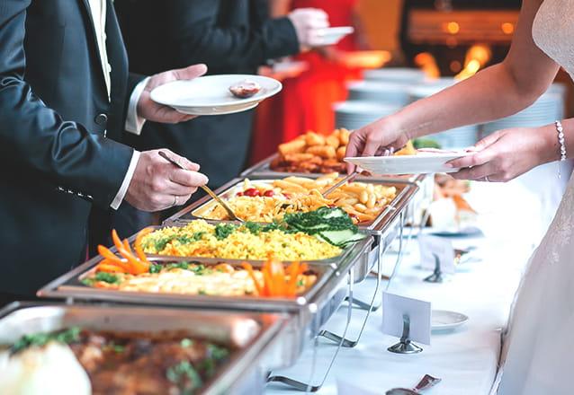 Você escolhe o lugar e a Aline Vitoriano Festas faz o buffet perfeito! Buffet Móvel Completo com Jantar, Equipe e Material para até 60 pessoas por R$690