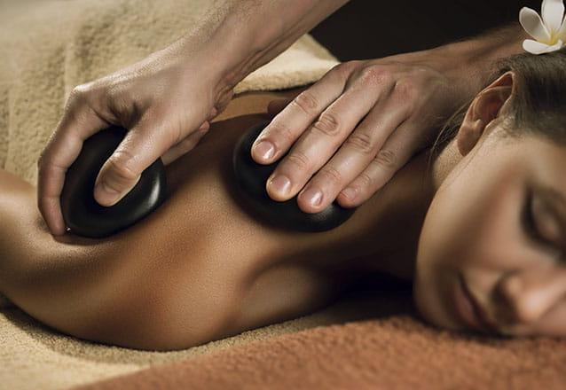 Relaxar também deixa você mais bonita! 1h de Massagem (Pedras Quentes) e Relaxante (Momento Êxtase) por R$69,90 na Terapon Kliniké