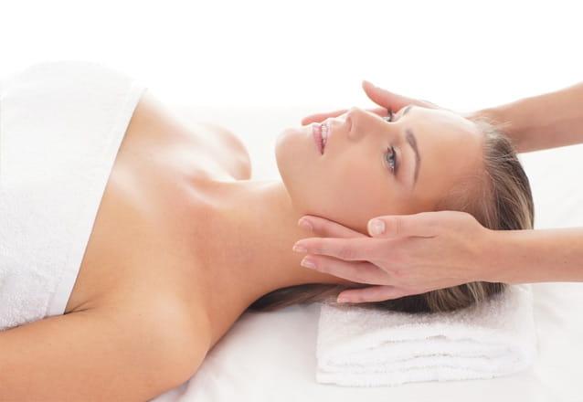 Muitos cuidados para sua pele! Limpeza de pele + Extração + Peeling Físico + Tonificação + Alta Frequência + Máscara + Argila + Fotoproteção por R$59,90